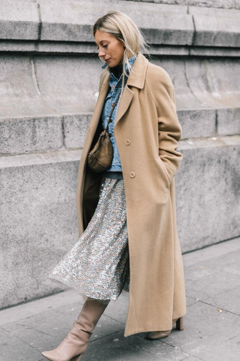 С пальто и юбкой
