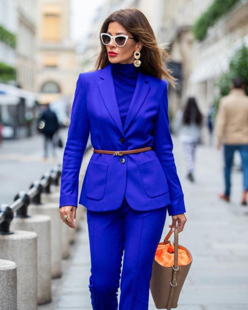 синие брюки с пиджаком