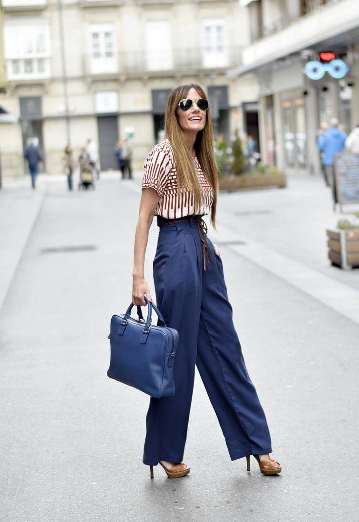 Синие высокие брюки палаццо