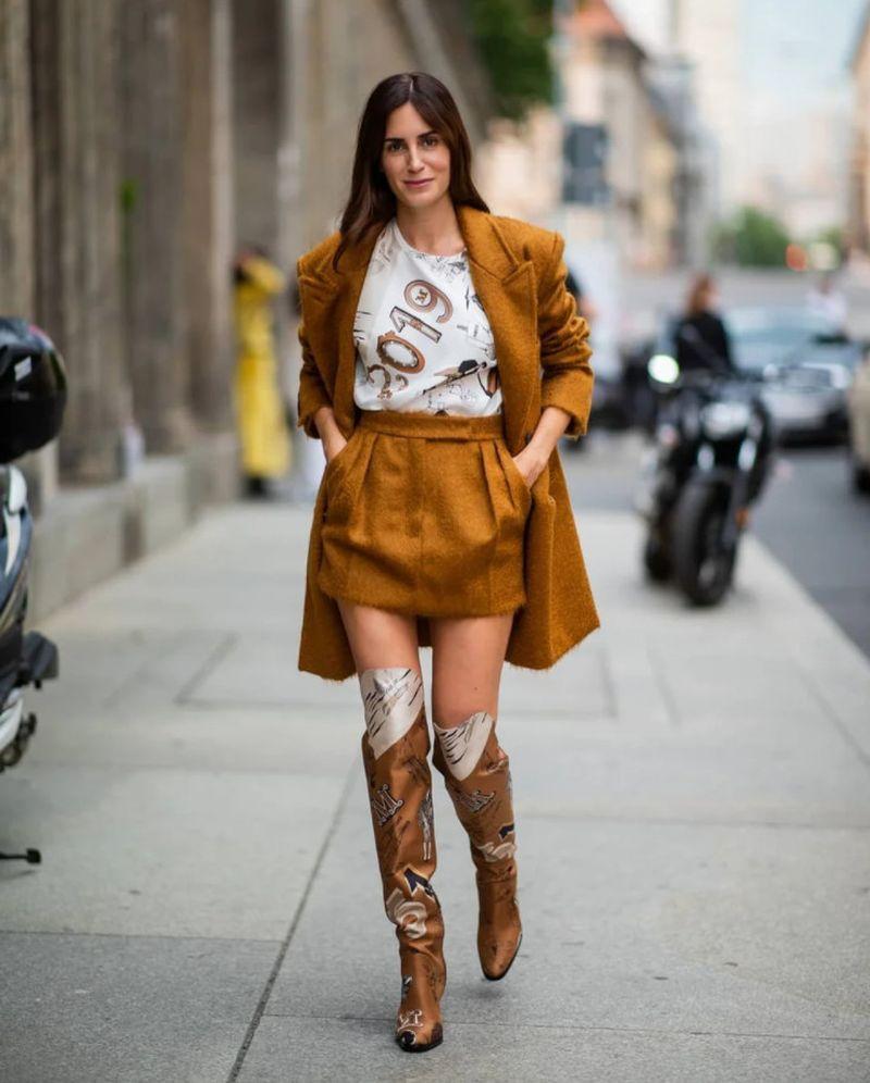 С чем носить бежевую короткую юбку