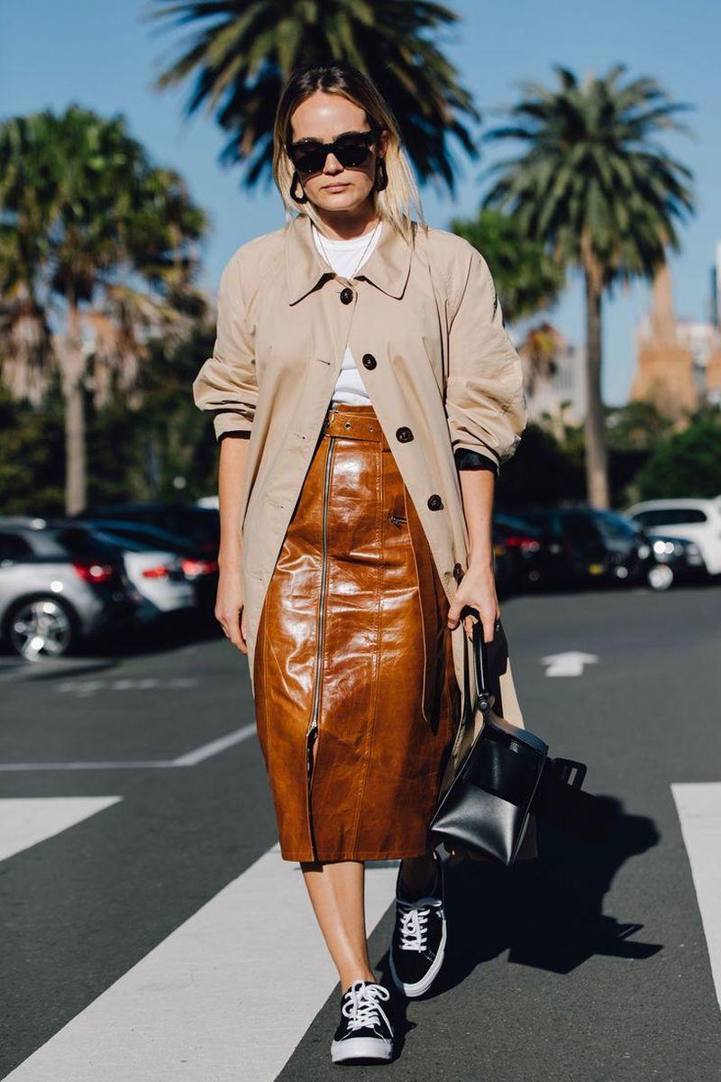 С чем носить бежевую кожаную юбку
