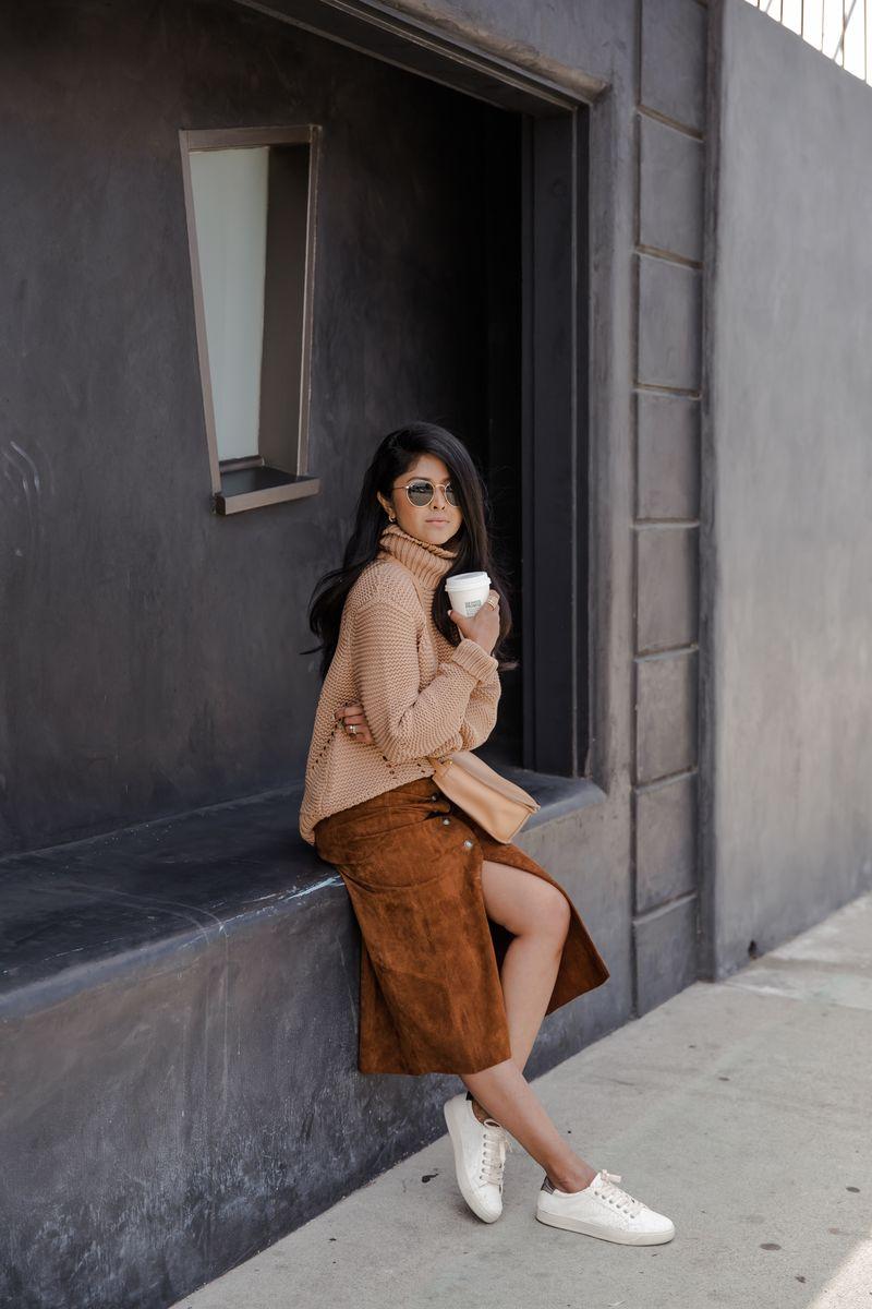 С чем носить бежевую замшевую юбку