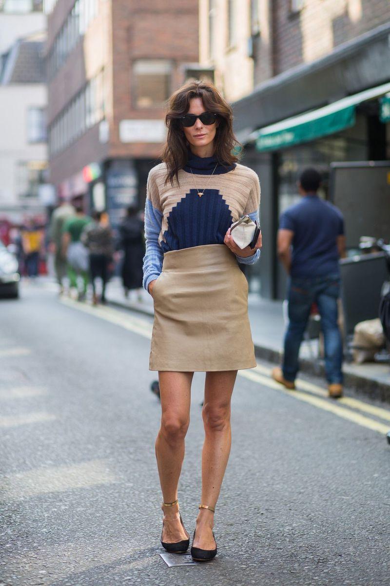 С чем носить бежевую короткую юбку трапецию