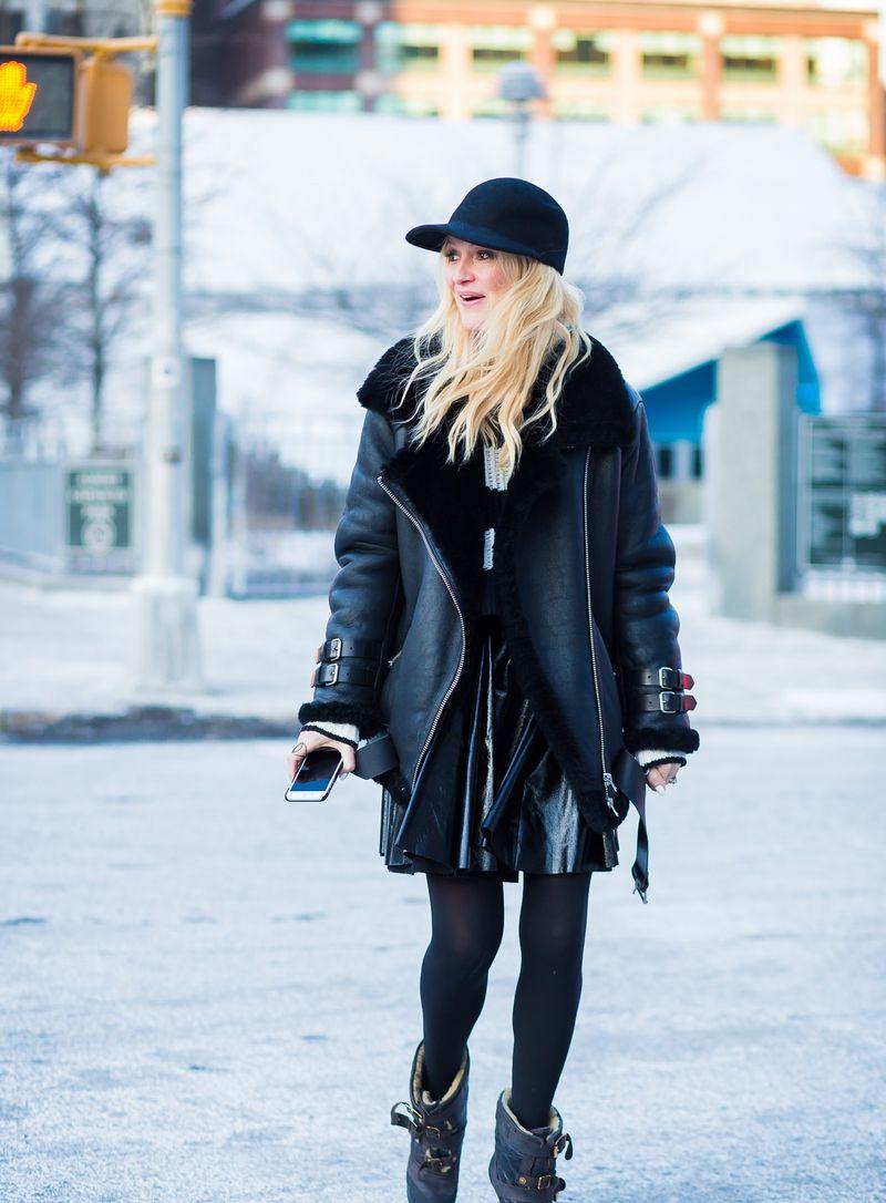 С чем носить короткую юбку зимой