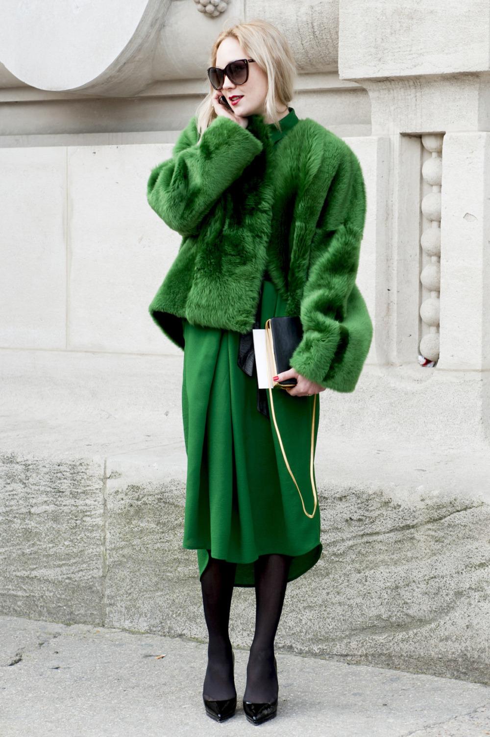 С чем носить зеленую юбку зимой