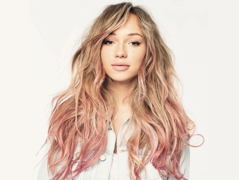Розовые пряди на светлых волосах
