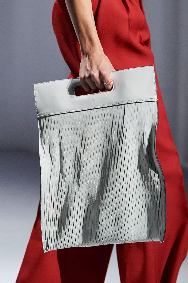 Модные тренды 2021 в аксессуарах. Фото из коллекции Fendi