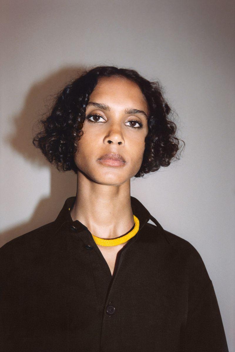 Пример модной прически 2021. Фото с показа Bottega Veneta