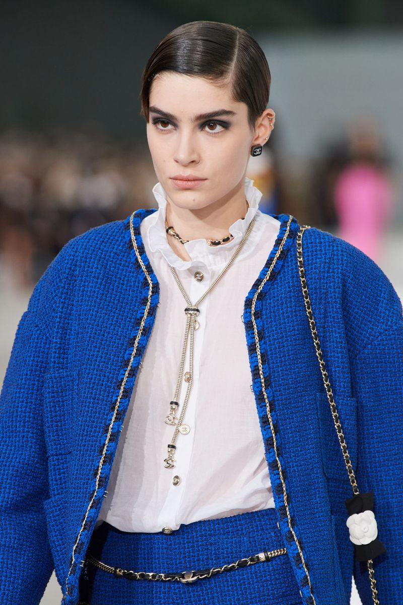 Пример модной прически 2021. Фото с показа Chanel