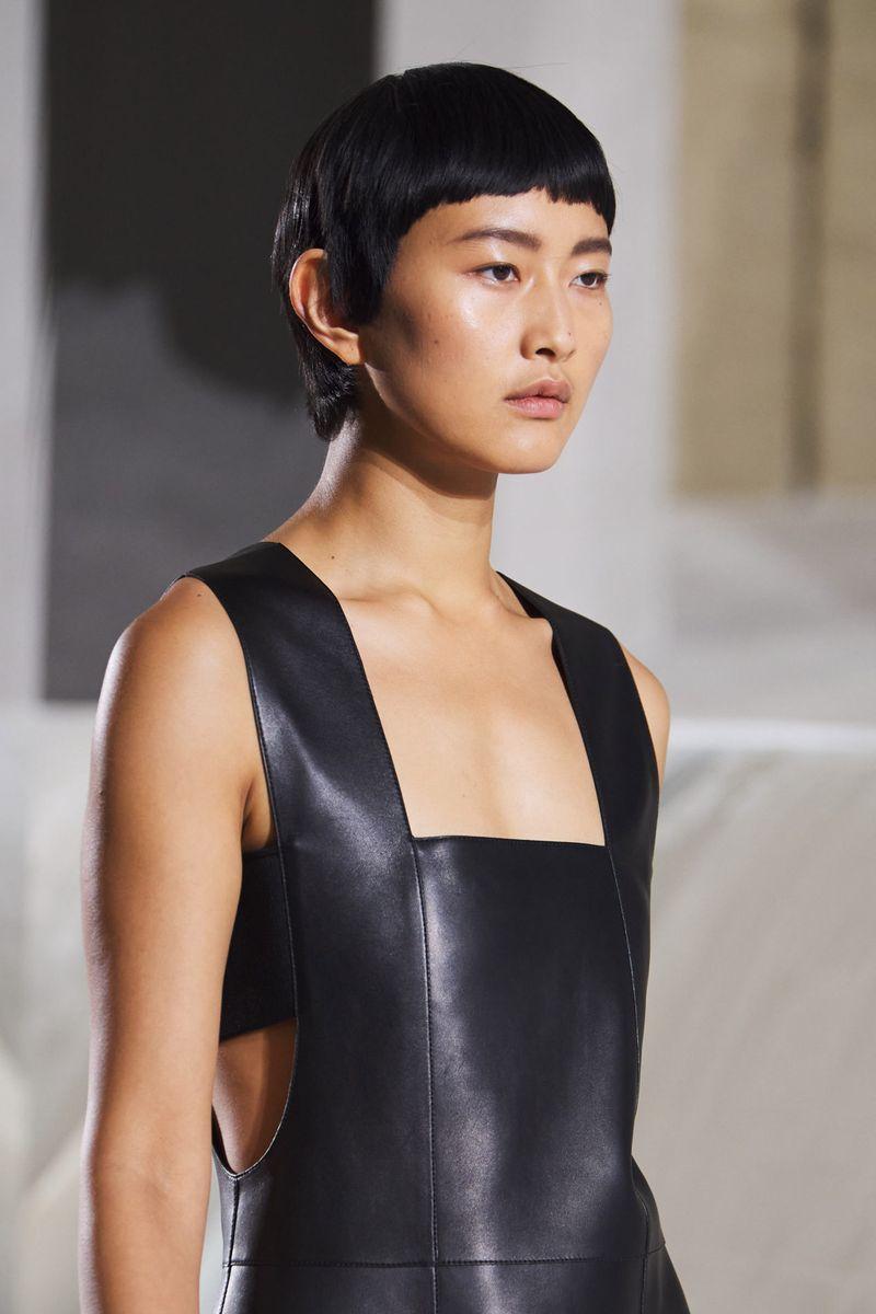 Пример модной прически 2021. Фото с показа Hermès.