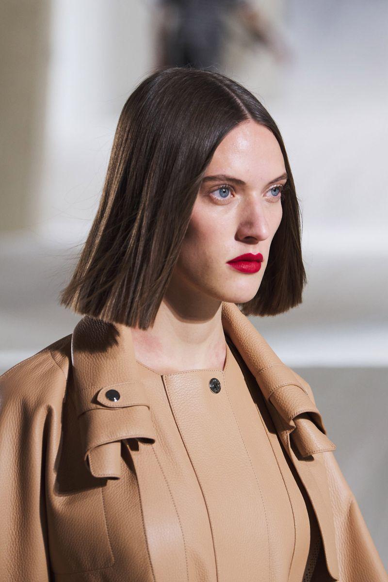 Пример модной прически 2021. Фото с показа Hermès