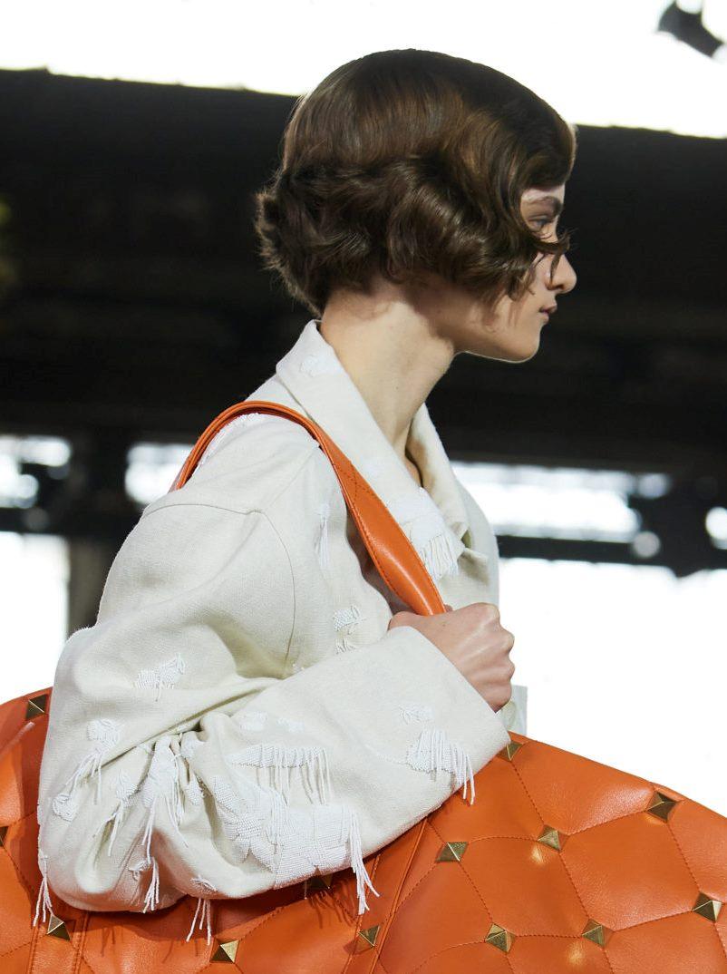 Пример модной прически 2021. Фото с показа Valentino
