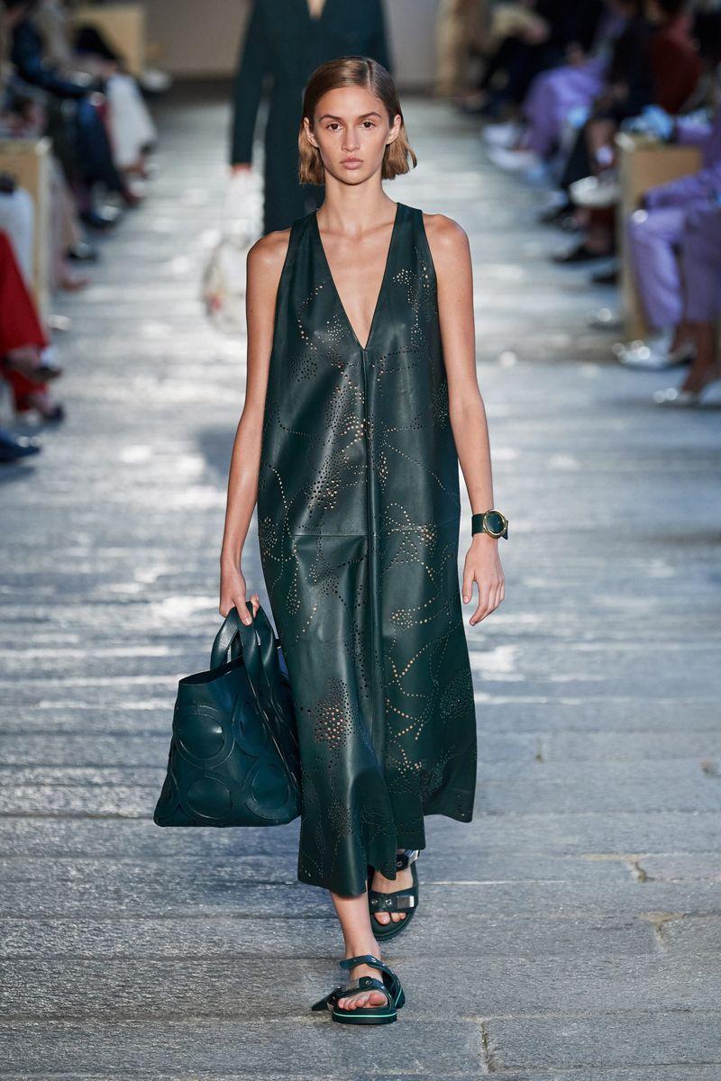 Модное платье весна-лето 2021 из коллекции Boss Hugo Boss