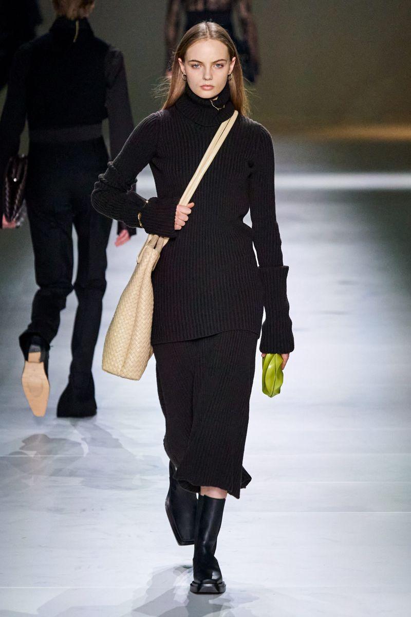 Модный удлиненный свитер весна-лето 2021 из коллекции Bottega Veneta