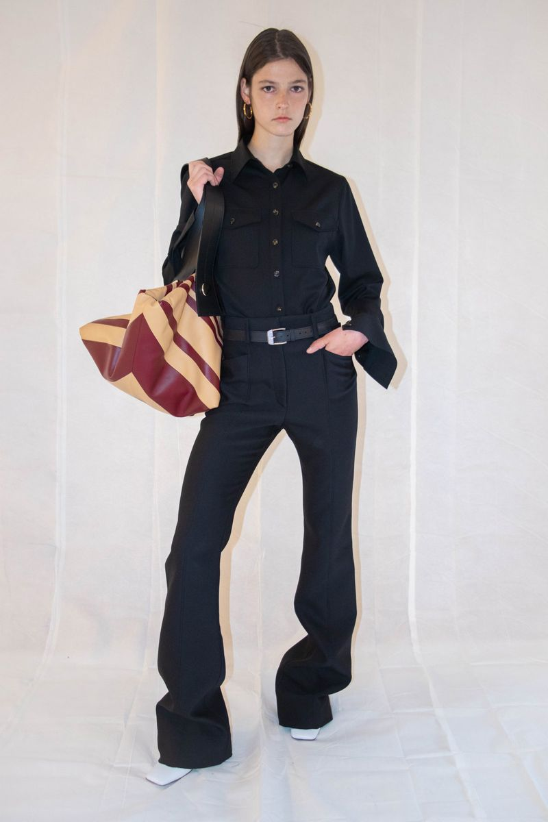 Модные брюки клёш сезона весна-лето 2021 из коллекции Proenza Schouler