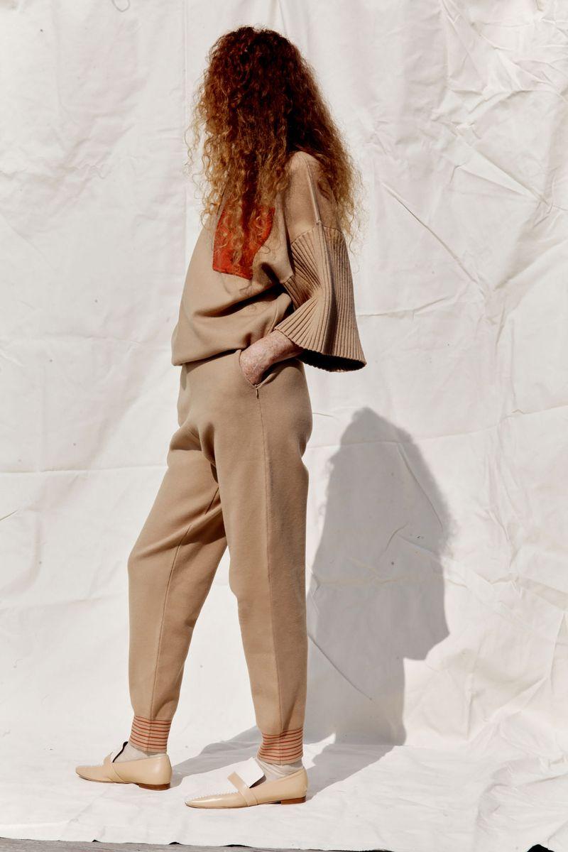 Модные трикотажные брюки весна-лето 2021 из коллекции Roksanda