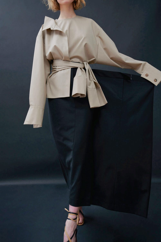 Модные тренды в женской одежде осень-зима 2021-2022 - сложный крой. Образ из коллекции A.W.A.K.E. MODE.