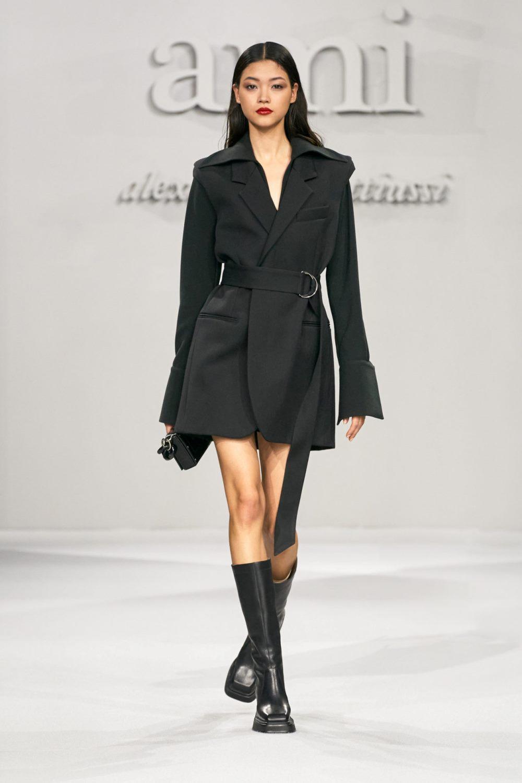Модные тренды в женской одежде осень-зима 2021-2022 - приталенный силуэт. Образ из коллекции Ami.