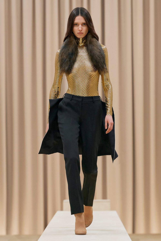 Модные тренды в женской одежде осень-зима 2021-2022 - паетки и блестящие фактуры. Образ из коллекции Burberry.