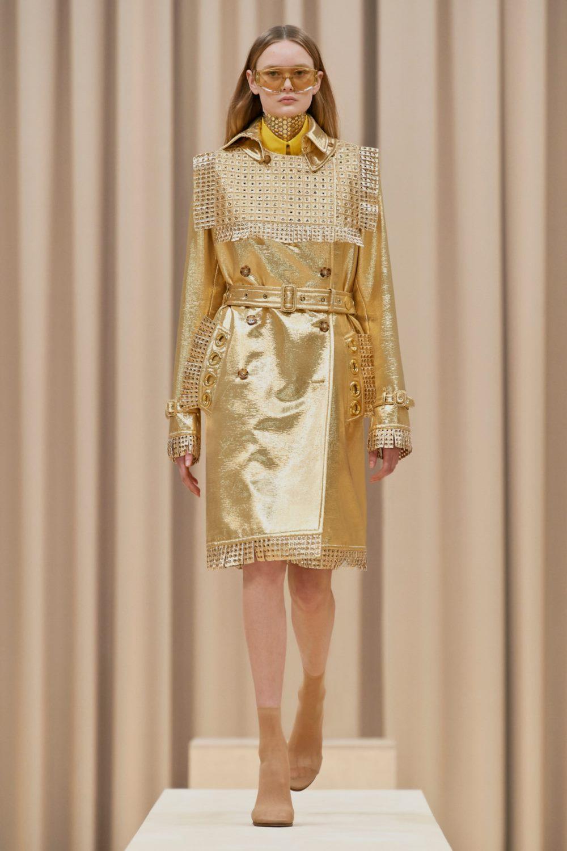 Модные тренды в верхней одежде осень-зима 2021-2022 - золотой тренч. Образ из коллекции Burberry.
