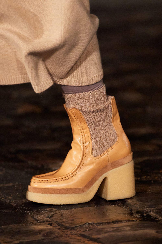 Модные тренды в женской обуви осень-зима 2021-2022 - челси на каблуке. Образ из коллекции Chloé.
