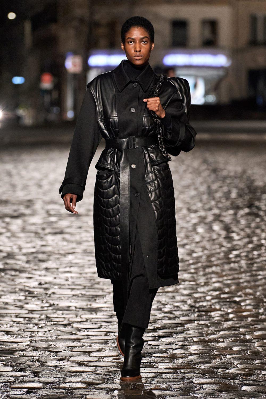 Модные тренды в верхней одежде осень-зима 2021-2022 - комбинирование фактур в одном изделии. Образ из коллекции Chloé.