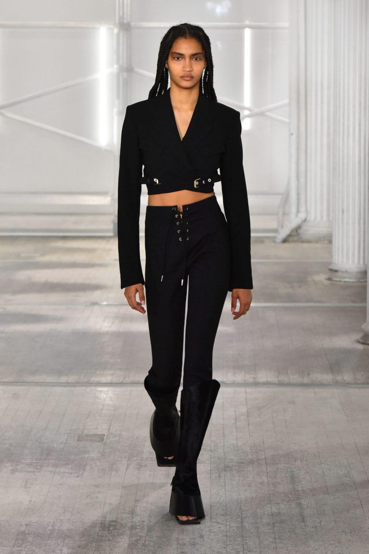 Модные тренды в женской одежде осень-зима 2021-2022 - элементы со шнуровкой. Образ из коллекции Dion Lee.