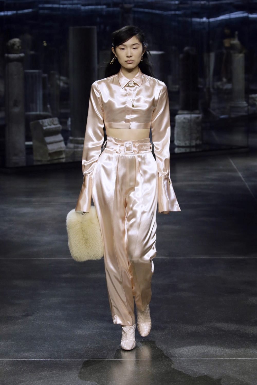 Модные тренды в женской одежде осень-зима 2021-2022 - паетки и блестящие фактуры. Образ из коллекции Fendi.