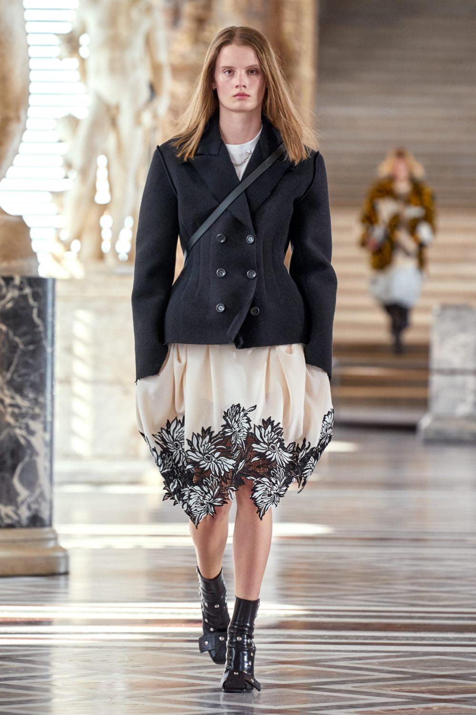 Модные тренды в верхней одежде осень-зима 2021-2022 - приталенный силуэт. Образ из коллекции Louis Vuitton.