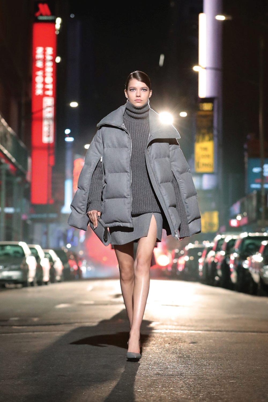 Модные тренды в верхней одежде осень-зима 2021-2022 - акцентные рукава. Образ из коллекции Michael Kors.