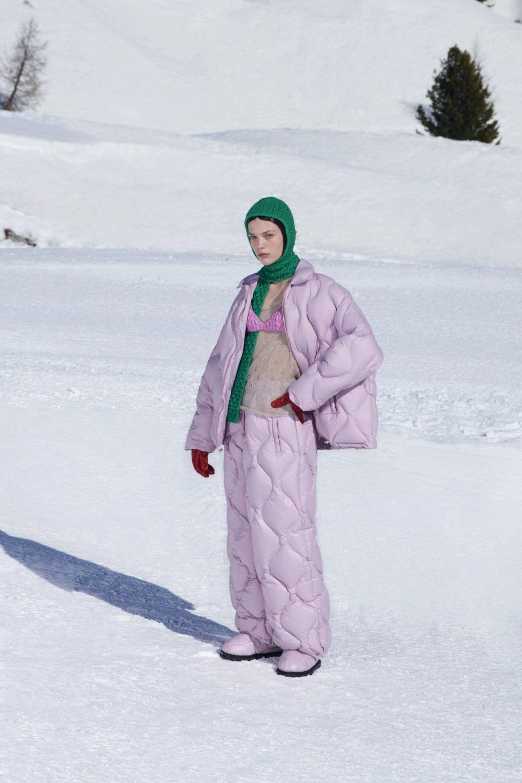 Модные тренды в верхней одежде осень-зима 2021-2022 - фигурная стёжка. Образ из коллекции Miu Miu.
