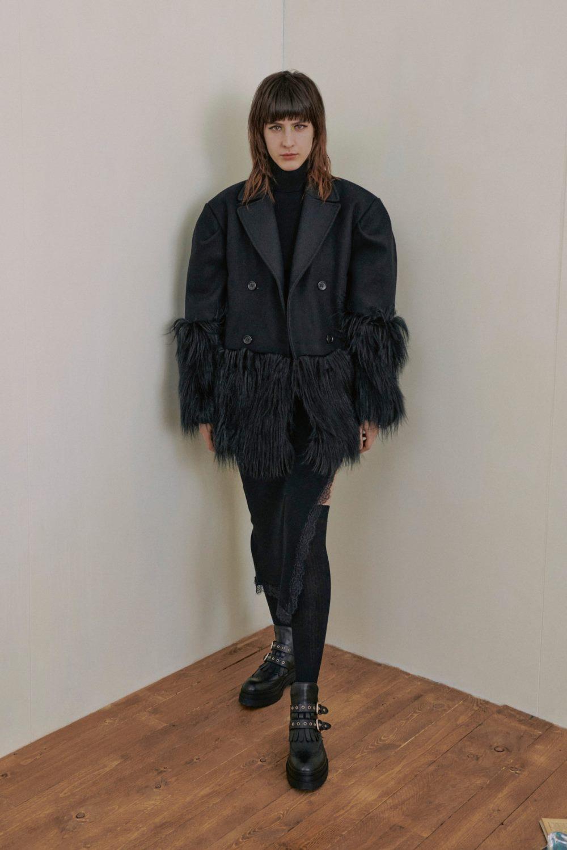 Модные тренды в женской одежде осень-зима 2021-2022 - отделка мехом. Образ из коллекции Red Valentino.