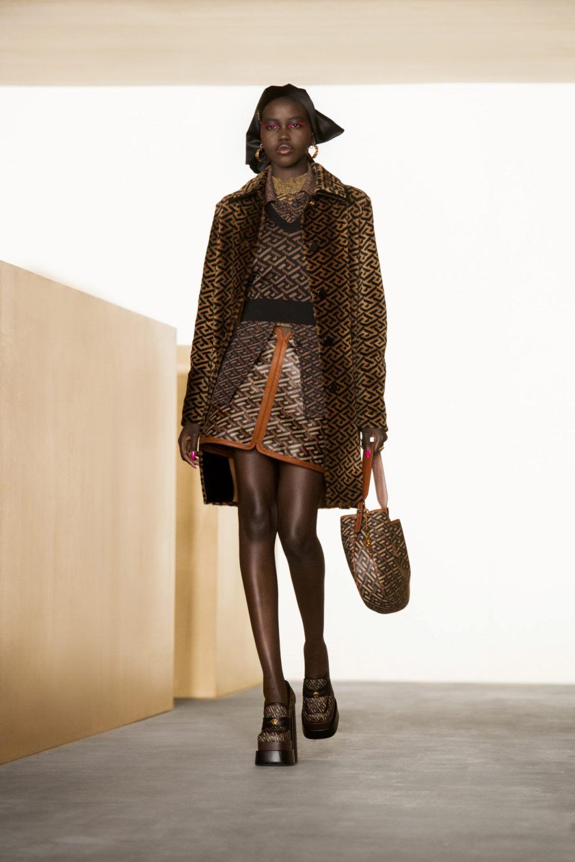 Тренды осень-зима 2021-2022 в аксессуарах. Модные головные уборы из коллекции Versace.