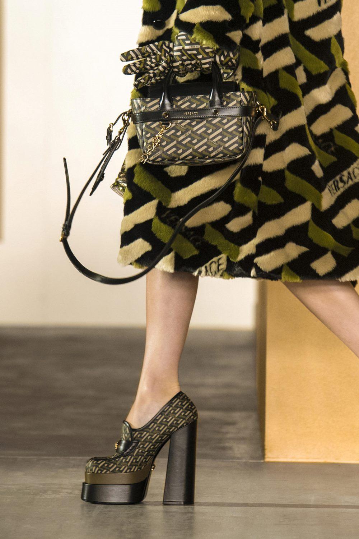 Модные тренды в женской обуви осень-зима 2021-2022 - туфли на платформе. Образ из коллекции Versace.