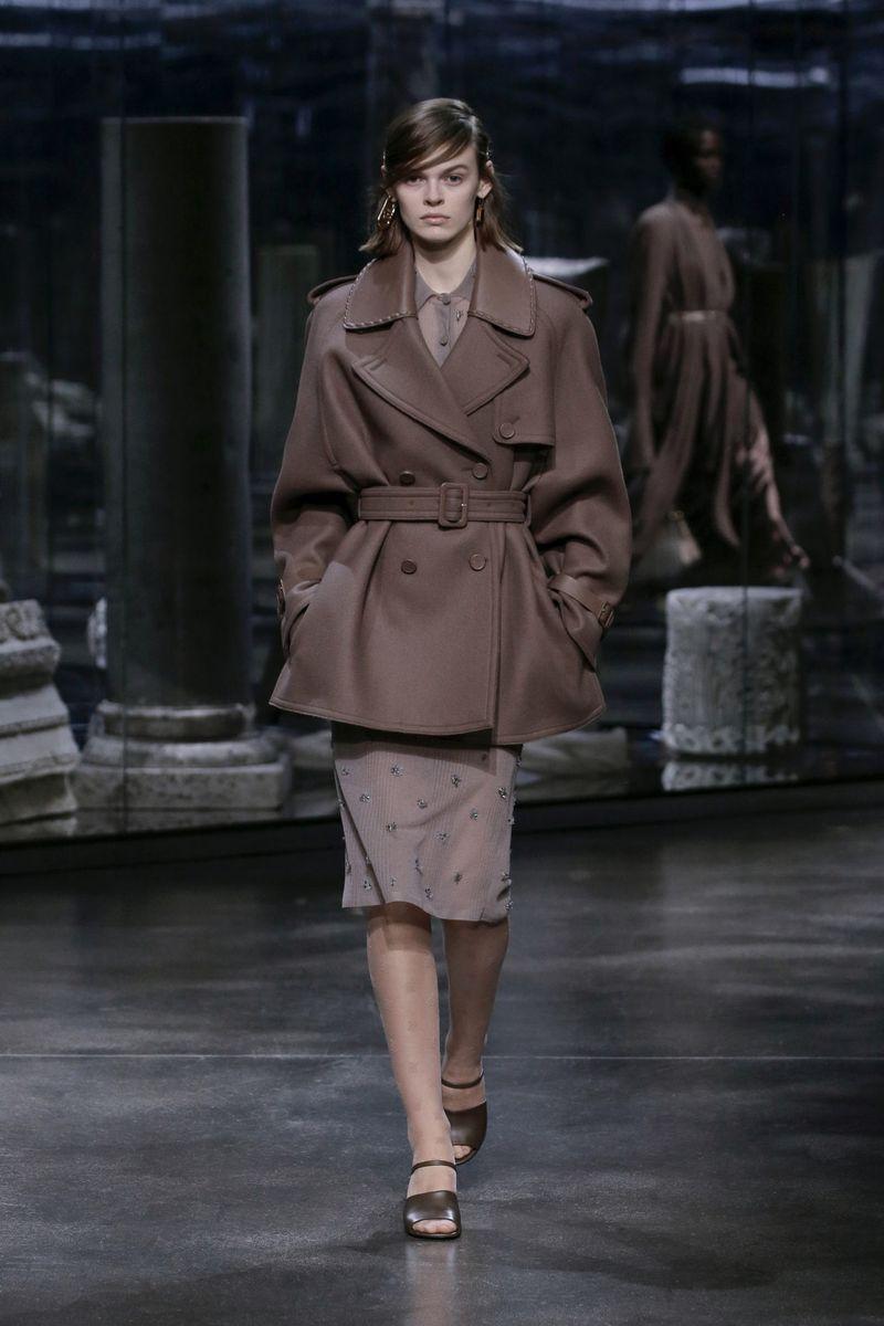 Модное пальто осень-зима 2021-2022 из коллекции Fendi