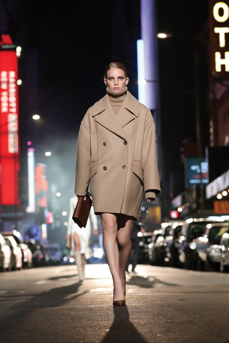 Модное пальто осень-зима 2021-2022 из коллекции Michael Kors